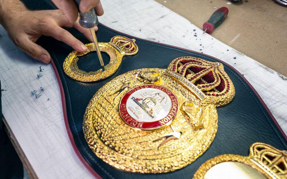 Оригинальный дизайн Саакяна поясов для Всемирной Боксерской Ассоциации. WDO и IBF с 1970 годов по прежнему используют эти пояса для награждения чемпионов.