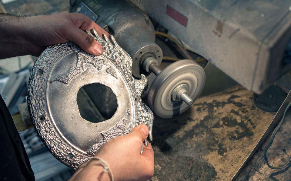 Центральная часть пояса тщательно полируется, прежде чем будет инкрустирована 22 или 24-каратным золотом