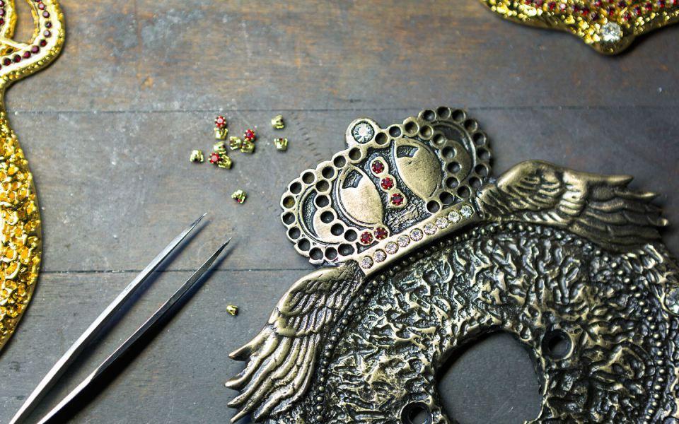 Кристаллы Сваровски устанавливаются в корону с помощью пинцета. Но с некоторыми драгоценными камнями, размерами с булавочную головку, составляющими коммерческую тайну, обязаны разместить их.