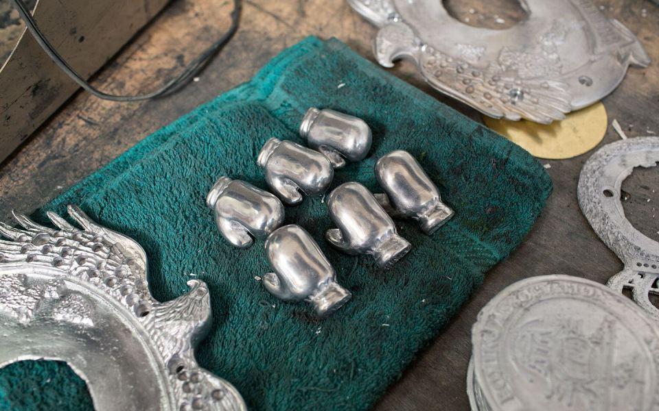 Серебряныые перчатки, уникальный элемент поясов Международной Боксерской Федерации