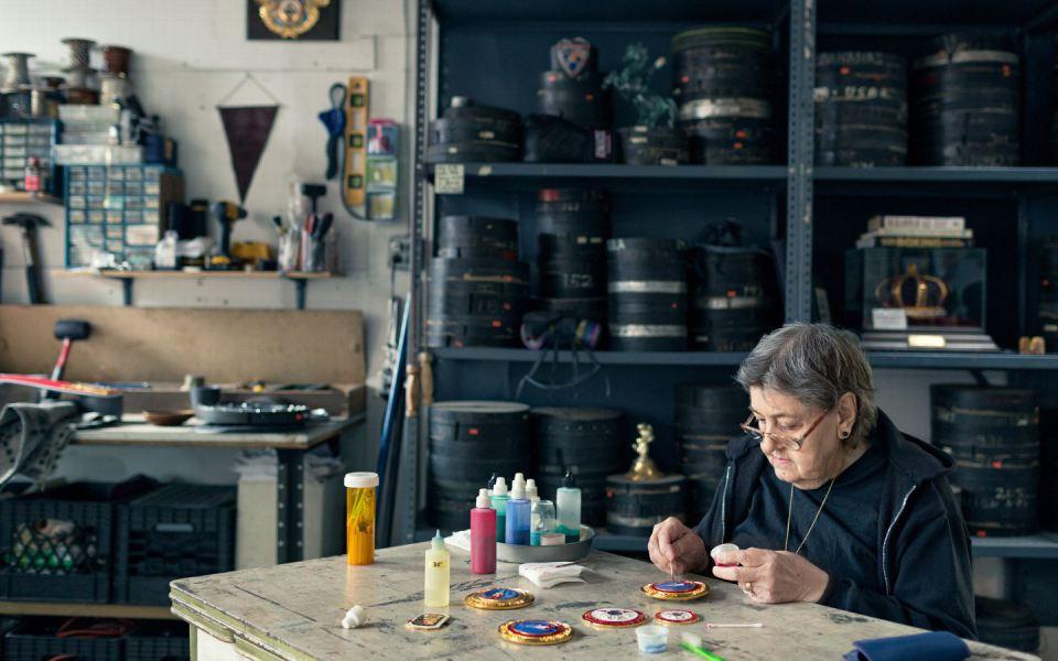 Супруга Арташа Саакяна, Назели, иногда помогает в производстве. Здесь она наносит эмалевое покрытие на медальоны