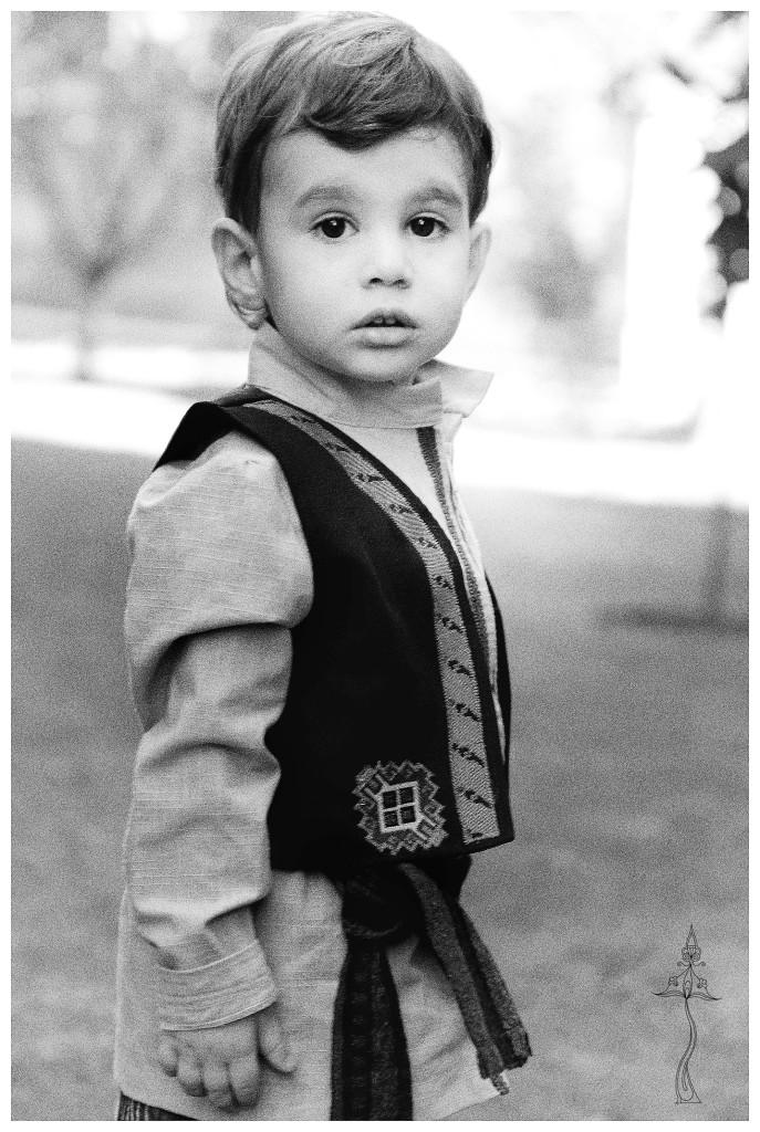 Ребенок в армянском национальном костюме