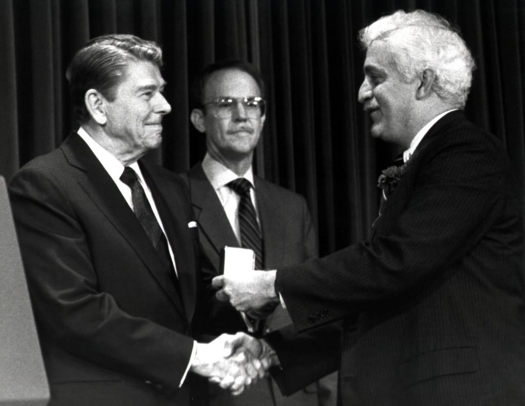 Президент Рональд Рейган вручает Национальную Медаль за вклад в развитие технологии Дамадьяну, 1988 г.