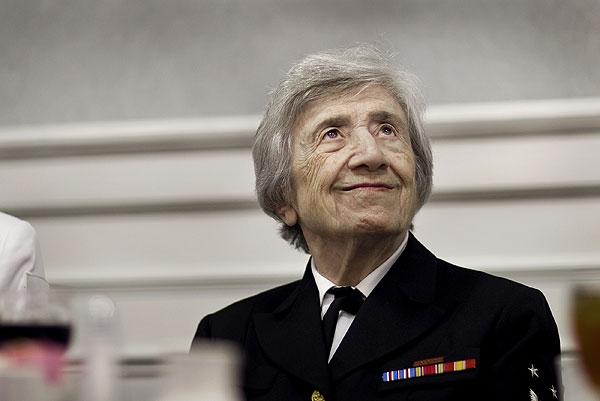 Морячка в отставке, Анна Тер-Вартанян, первая женщина, которая получила высшую категорию ВМС США, на встрече общества женщин – ветеранов в воскресение в Хэмптоне.