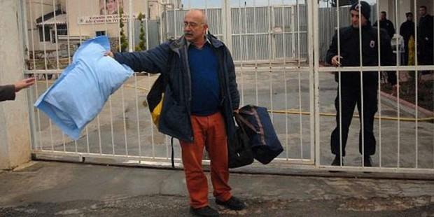 Сжимая подушку в одной руке и две сумки в другой,  идет в тюрьму, 2 Января