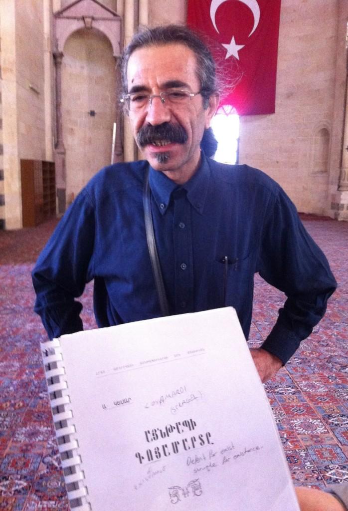Мурад тот, кто обнаружил открытку, на которой изображена вдова Геворга Чауша. Именно он впоследствии перевел «Борьбу за существование Айнтапа» (Ayntapi Goyamarde) с армянского на турецкий язык