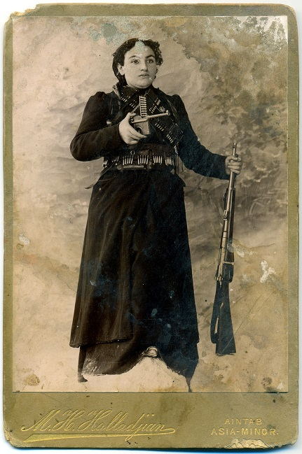 Рисунок на открытке, найденный в стене армянского дома в городе Айнтап. На рисунке Эгинэ, вдова Геворга Чауша, в правой руке держит оружие Маузер а в левой – винтовку Мосина.