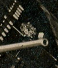 Используя увеличительное стекло можно расшифровать брошь/медальон Эгинэ: герб. На нём изображены: меч, перо, лопата и три армянские буквы Հ Յ Դ. (A.R.F.)