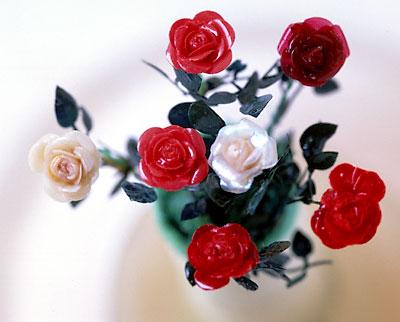 Розы разных цветов.