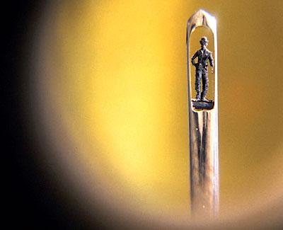 Статуя Чарли Чаплина внутри ушка иголки, сделанная из части этой же иглы.