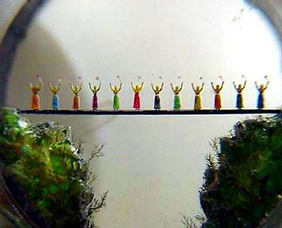 Ансамбль танцующих армянских девушек. Мост сделан из волос. Девушки сделаны из осколков драгоценных камней.