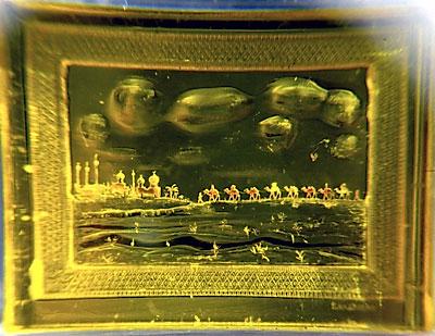 Панорама восточного города, выгравированная на золоте.