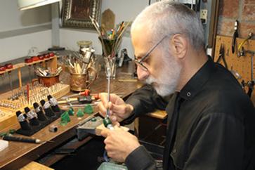 Гарри Дадян - всемирно известный художник по работе с металлом.