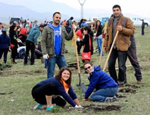 Ваче Товмасян (стоит слева) присоединился к десяткам добровольцев 18 апреля, которые посадили первые деревья в деревне Сос