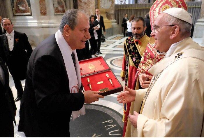 Вручение ручки Папе Римскому