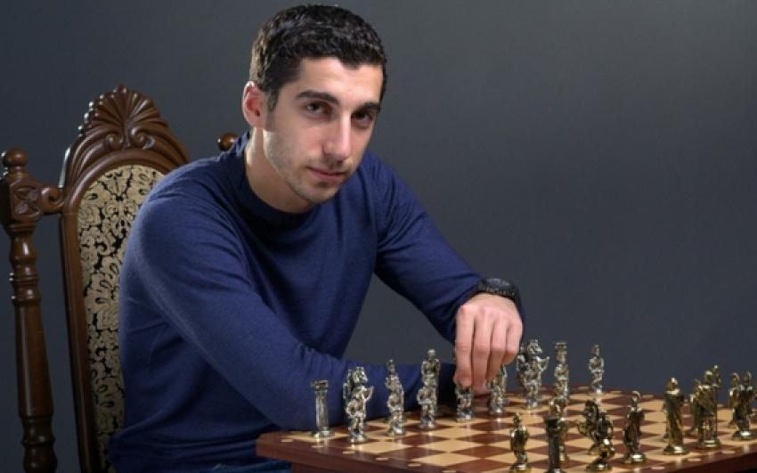 Генрих Мхитарян за игрой в шахматы