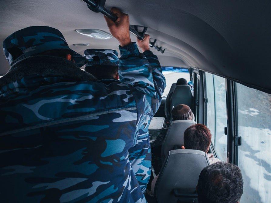 Солдаты в автобусе
