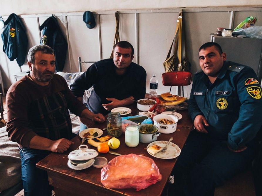 На фотографии изображены три пожарника, пригласивших Алекса на обед