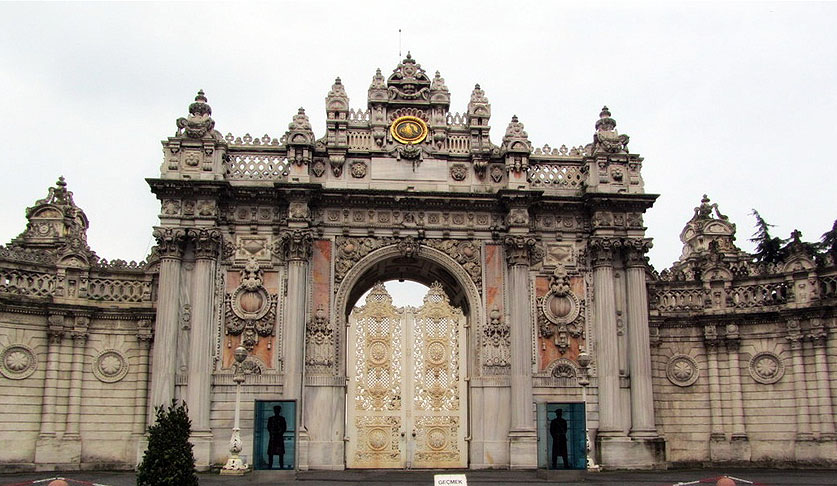Главные ворота Стамбульского дворца Долмабахче были созданы армянским архитектором Карапетом Баляном. (Фото: Mehmet Yaman)