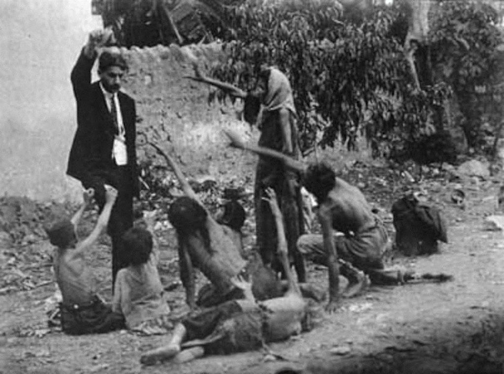 Турок дразнит голодных армянских детей куском хлеба