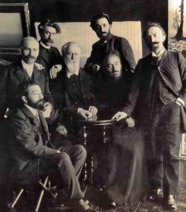 Вернатун, Тифлис, 1908 год. На фото слева направо: Аветик Исаакян (сидит), Ованес Туманян, Геворк Башинджагян, Газарос Агаян, Папазян Вартанес, Комитас, Аршак Чобанян.