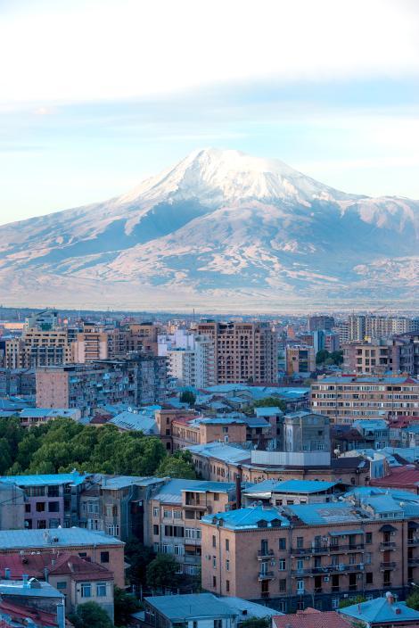 Вид на гору Арарат и Ереван на восходе солнца